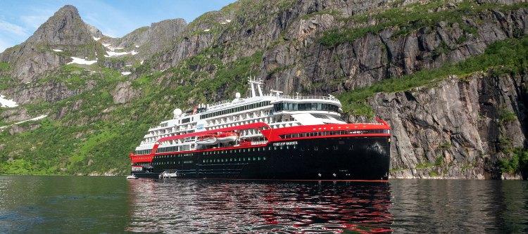 Hurtigruten: Postschiff im Fjord